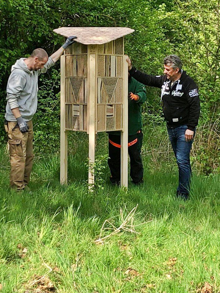 Im Fuhrbacher Strauchgarten wird ein Insektenhotel aufgestellt, gefertigt bei der GAB (Foto: B. Sommerfeld)